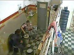 Bambina ottiene scopata in un negozio pneumatici ed è tutto su uno camma nascosta