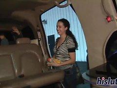 vagabundas atrevido despir em uma limusine