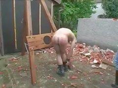 Köle işini yeterince iyi yapmadığı için cezalandırdı