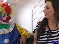 Kinky British MILF mouthfull av den clown jizz