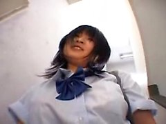 Adorable japanische Teenie blinkt ihre großen Hufe und ihre Haare