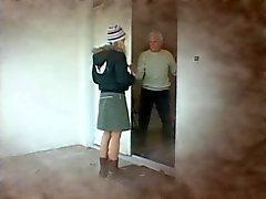 Blonde gevangene blaast een oude man en krijgt een gezicht