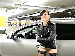 Jeny Smih em parque de estacionamento