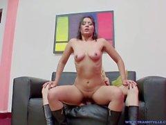 Hot Latina Girl suce et se fait baiser par corps en forme TS Star Slut Bonita Jimena!