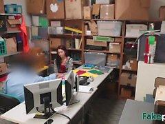 Redhead ziemlich chick shop Aufzug bestraft durch den Manager