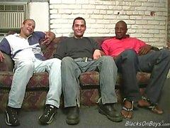 Gli uomini di colore condividono il culo di di un tipo bianco buffo