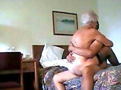 Horny granny aux cheveux blancs se fait pilonner Multiples positions