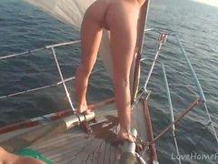 Hot babes sanno come far festa durante la navigazione