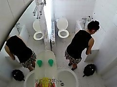 Kysymykseni kaunis veljentytär vakoili hotellin bathroom
