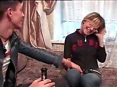 Betrunkenes Mädchen und tricky Junge