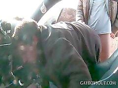 Teen gay krijgt pijpbeurt in de auto