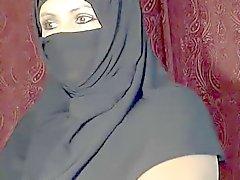 Arap Müslüman kız kam üzerinde yanıp sönen