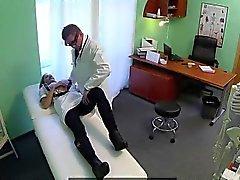 Busty блондинки медсестры трахал её врача в кабинете
