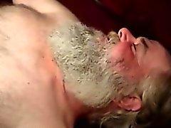 Haarige reif Bären Saugen Hahn