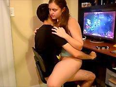 Adolescentes foder e jogar o jogo de PC