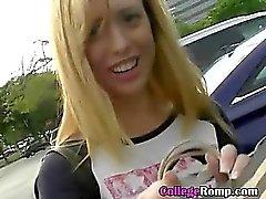 Jolie petite amie Ordre Prise de doigt sodomisée en Haut d'une voiture