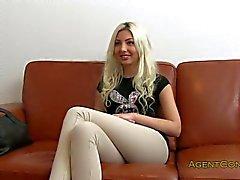 Blondes Amateur gefickt auf einem Sofa in Office