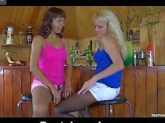 Giovane lesbiche alla BAR stockins usura durante essere scesi