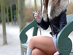 Fetish de fumer ballants écrasant julie la cigarette