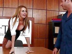 Грудастая секретарша Коринны Блэйка трахал в офисе помощью дворник