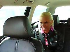 Фальшивка водителем такси впихывает своей большой член