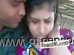 Hintli köy kızı, açık skandalda sevgilisini öpüyor - teen99 * com