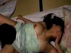 Dona de casa Oriental Lustful recebe seu pêssego peludo dedos um