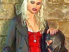 Блондинку любовница сосок пыток