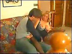 dame d'âge mûr française aime un jeune type