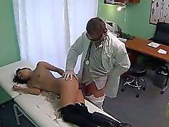 Брюнетка заглатывает доктора в шпионские камеры в своем кабинете
