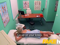 Hospital de falsa cogida rápida da orgasmos Brit grandes tetas rubia