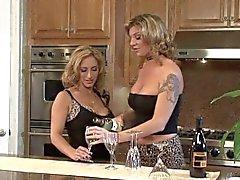 Trio de lesbianas en del encimera