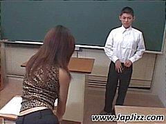 Asya öğretmen kıçını öğrencinin horoz ile oynar ve daha sonra parmaklar