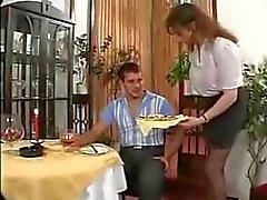 Busty servitris och klient