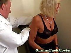 Oma bezoekt geile dokter