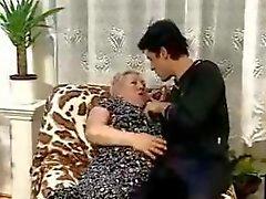 Teslim edilmesi erkek çocuk Bir Chubby Büyükanne kerken