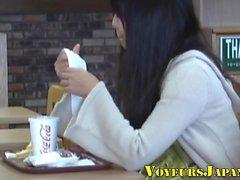 adolescente giapponese massaggia il clitoride