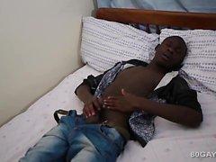 Il nero African Twink di Ben batte fuori
