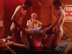 Des scènes porno de classique dures dans la cage