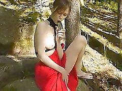 Glasdildo in ihrem Girlie cunt in forest