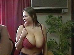 Busty Babes estão em público e ir para casa por algum sexo lésbico quente