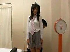 Une fille japonaise mince a examiné attentivement un docteur kinky