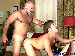 Een harige mannelijke papa neukt een jong studentje