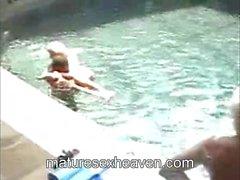 Anneanne Havuz içinde Siyah mu