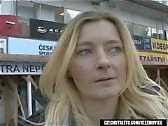 Blonde Jitka wordt opgepikt op Tsjechische Straten en geeft hem een blowjob