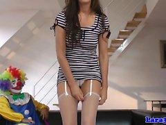 Britische Milf doggystyled von Clown auf dem Boden