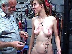 Chick flaca con los pesos de colgando de su piercing