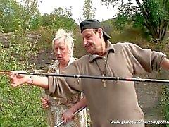 Зрелые пара веселятся по природе