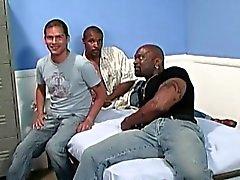 Vit kille blir gruppknullad genom svarta män