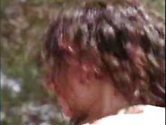 Giovane bruna curly Dilara guida il suo cazzo duro sul terrazzo schiena